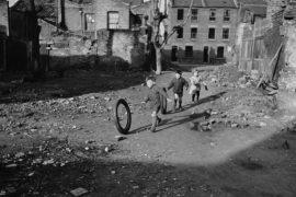 Foto 1-meninos com pneu