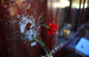 flor-homenageia-mortos-em-restaurante-atacado-por-terroristas-em-paris